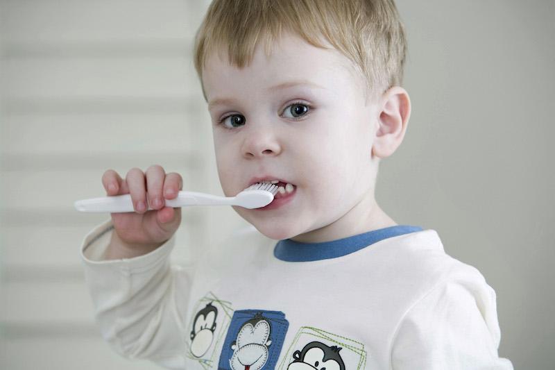 Petit garçon se brossant les dents